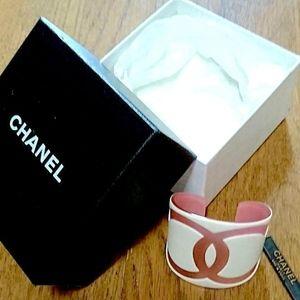 "CHANEL Jewelry - CHANEL Bangle ""CC"" Logo White/Pink"